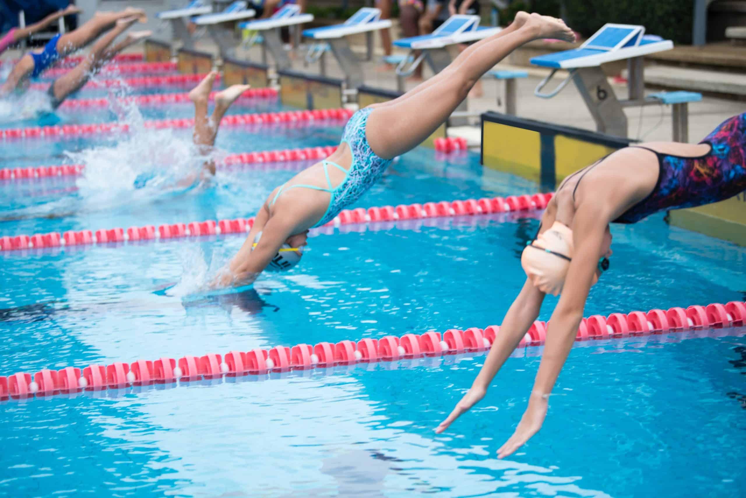 plongeon en piscine avec des bonnets de bain
